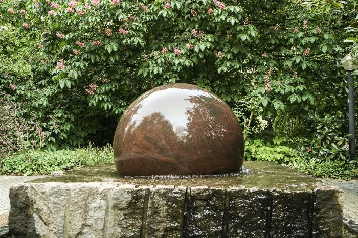 Фонтан в основе которого лежит камень неправильной формы и каменная сфера.