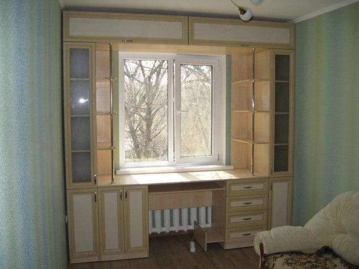 Расположить стеллаж вокруг окна - это хорошая идея для практичного использования пространства.