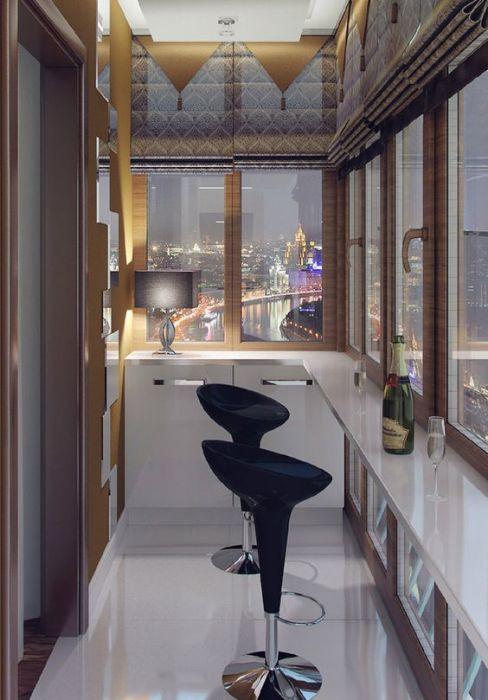 Лаконичный интерьер стандартной узкой лоджии с большими панельными окнами, подоконником-барной стойкой, оригинальным светильником и парой креативных высоких стульев.