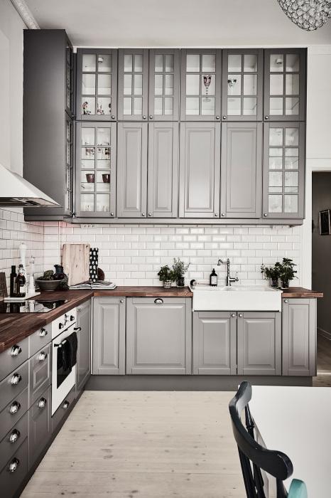 Современная кухня в серых тонах – актуальный и практичный дизайн.