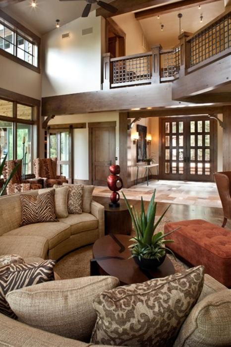 Современная просторная гостиная комната с элементами экостиля в интерьере.
