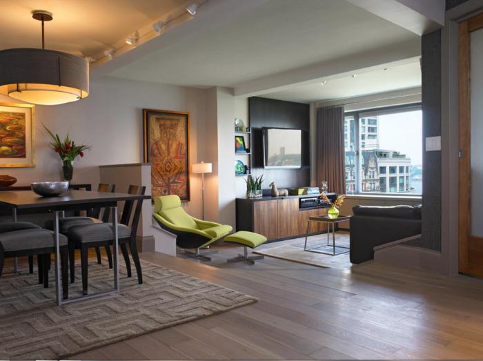 Оригинальная гостиная комната, которая разделена на несколько функциональных зон - практичное и эргономичное решение.