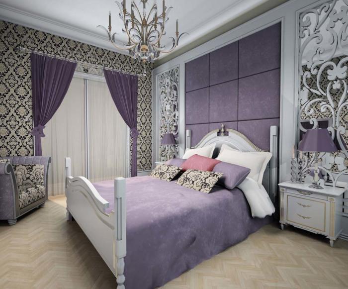Необычные узоры на обоях и фиолетовые акценты создадут успокаивающую атмосферу в спальной комнате.