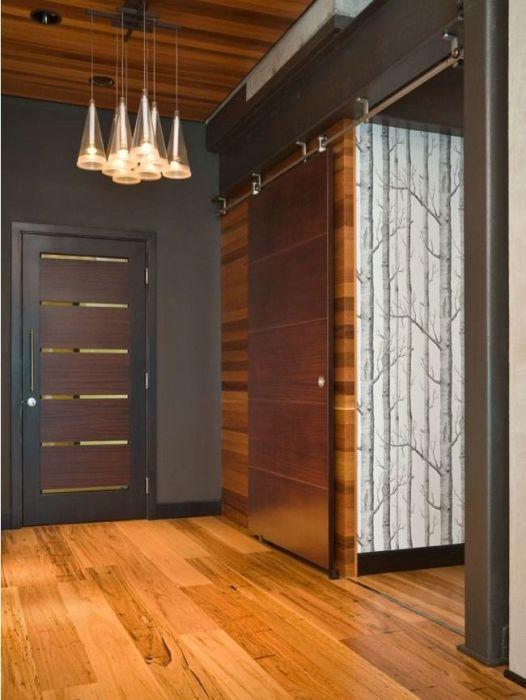 Лакированная деревянная межкомнатная дверь с классическим раздвижным механизмом.