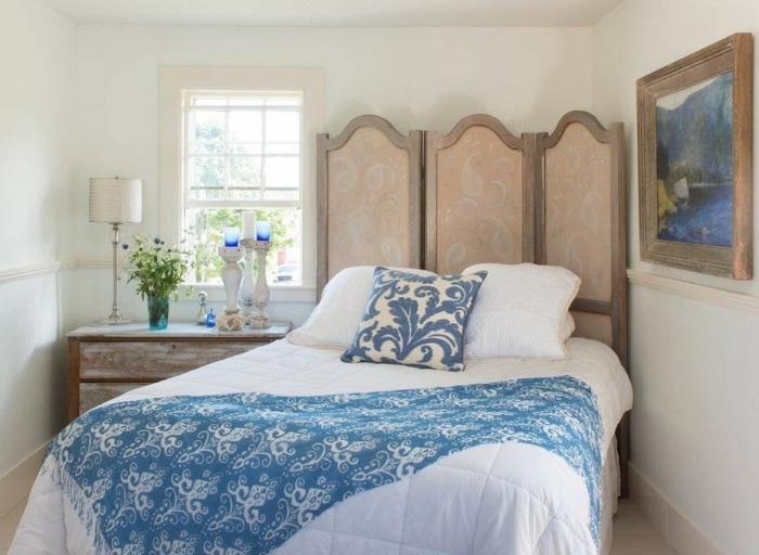 Небольшая спальная комната с элементами французского стиля прованс в интерьере.