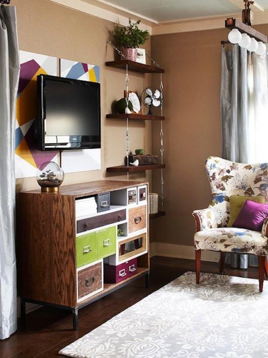 Рядом с плазменной панелью можно разместить настенные полки с множеством декоративных элементов.