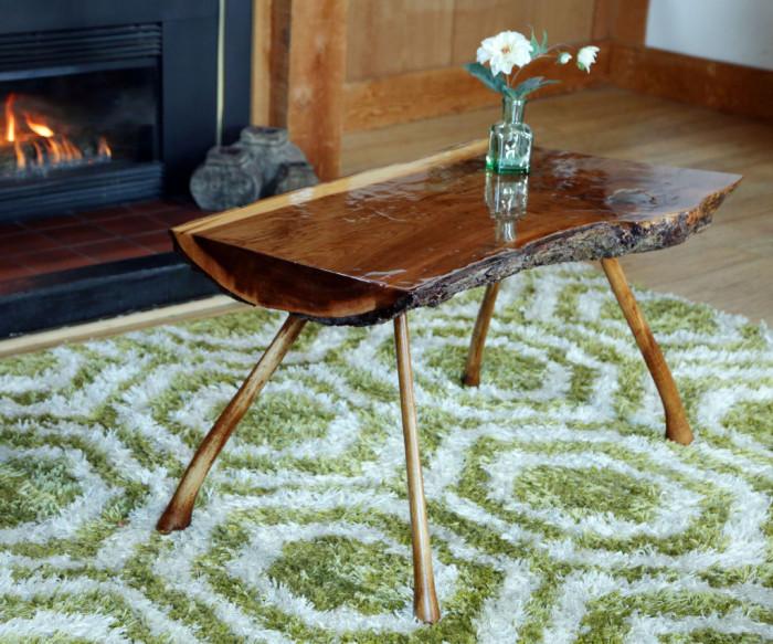 Журнальный столик из цельного массива древесины для классической гостиной комнаты.