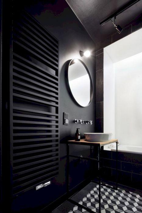 Небольшая ванная комната с применением большого количества темного цвета - очень необычное и смелое решение.