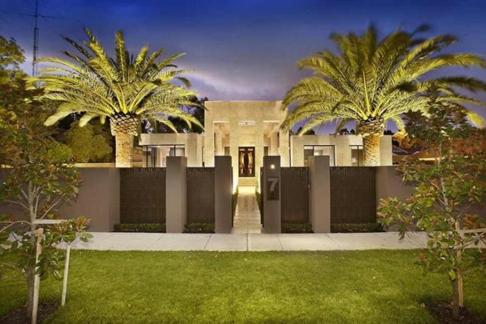 Современный и красивый дизайн комбинированного ограждения для загородного дома.