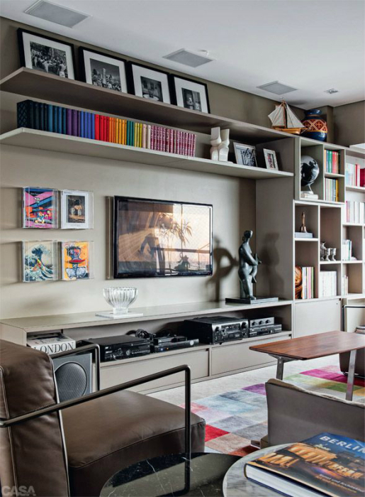 Модульный стеллаж в зоне для просмотра телевизора - отличное решение для гостиной комнаты.