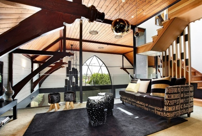 Темное ковровое изделие контрастным пятном выделяется в интерьере гостиной.