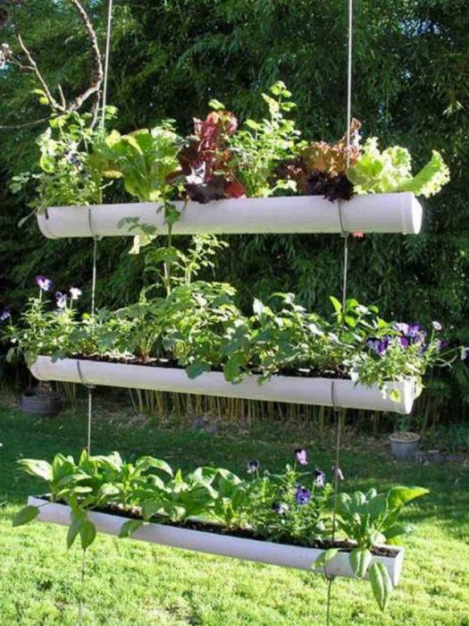 Выращивать комнатные растения и цветы очень удобно на небольшом вертикальном подвесном стеллаже из полихлорвиниловых труб.