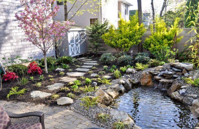 Небольшой садовый участок, оформленный в восточном стиле.