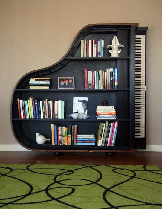 Отличная полка для книг в форме рояля.