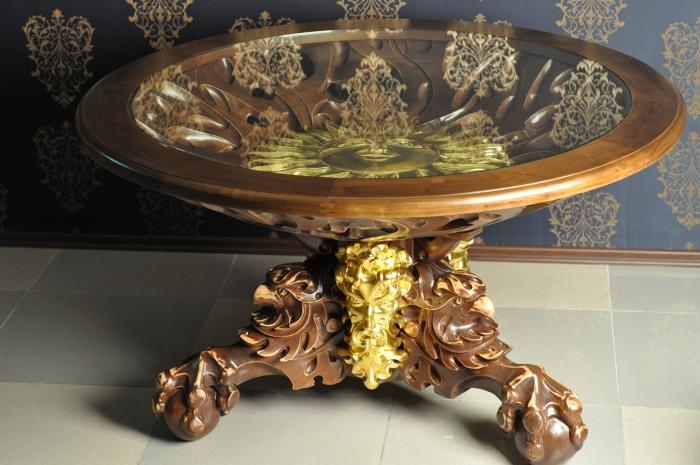 Резной журнальный столик из дорогой древесины, прочного стекла и позолоченных элементов.
