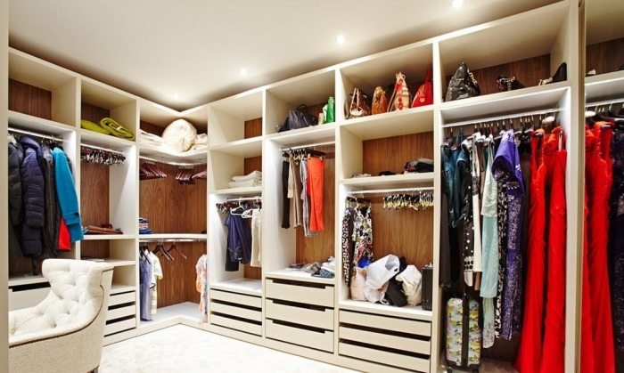 Белые стеллажи креативно и необычно украсят интерьер гардеробной комнаты.