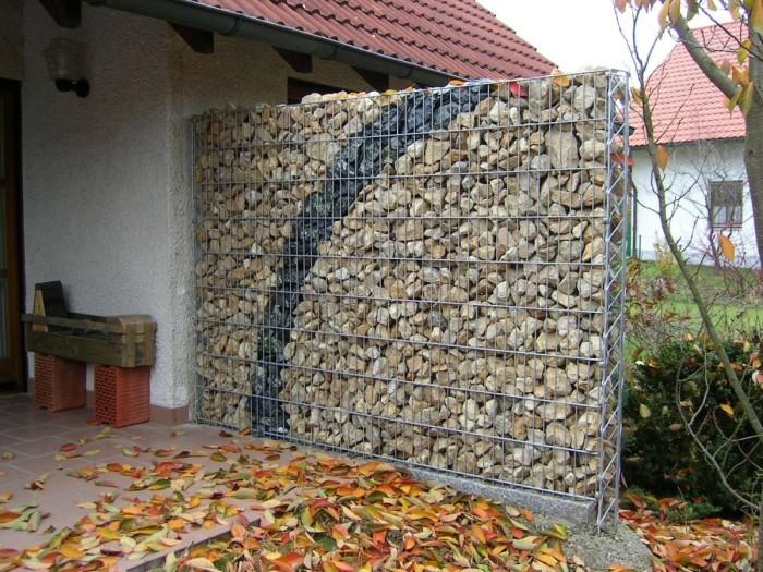 Сетчато-каменные конструкции идеально смотрятся в современном ландшафтном дизайне.