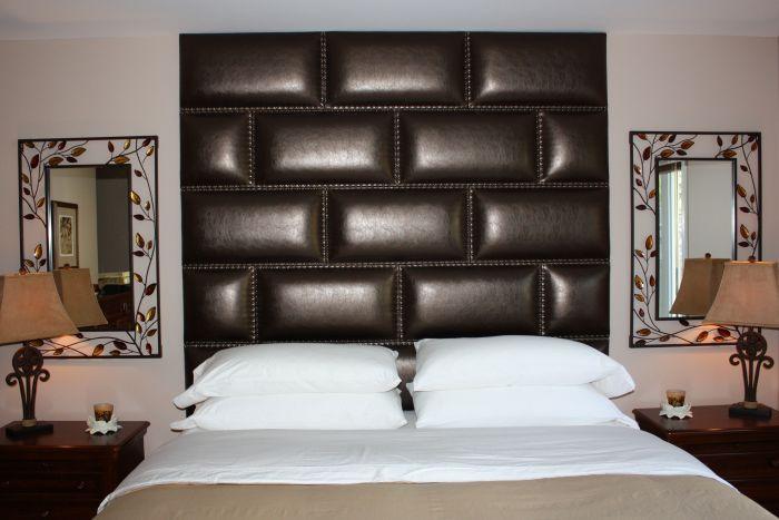 Ещё одно чёрное изголовье кровати, которое изготовлено из натуральной кожи.
