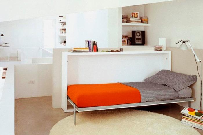 Кровать-трансформер, которая запросто складывается в специально отведенную неглубокую нишу под небольшим столиком.