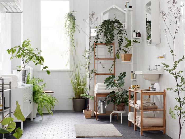 Деревянный стеллаж, металлическая труба и ведро - необычные подставки для горшков с комнатными растениями и цветами.