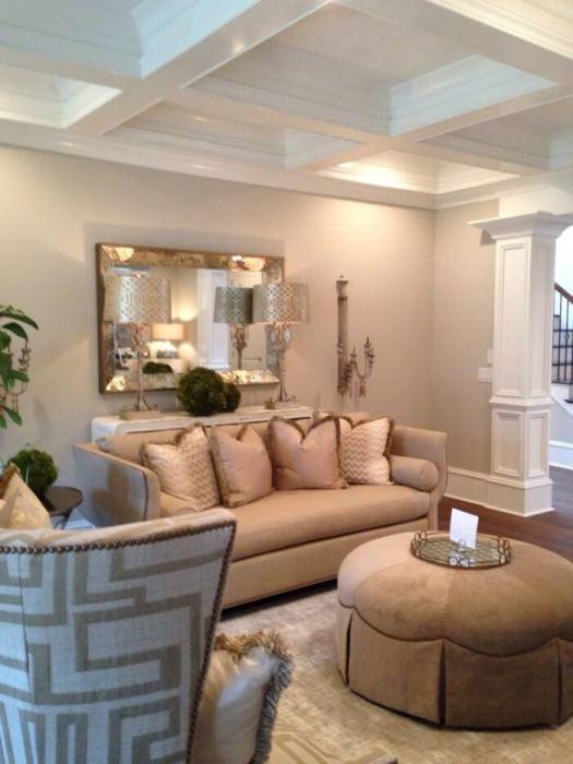 Необычный интерьер гостиной комнаты с дорогостоящей мягкой мебелью.