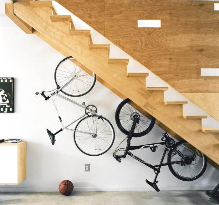 Оригинальное место под стенкой для хранения велосипедов.
