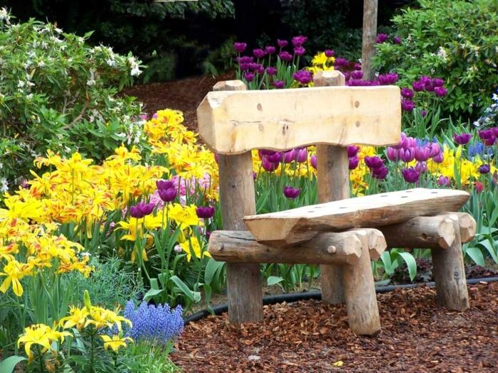 Скамейка, выполненная из деревянных срубов для содового участка.
