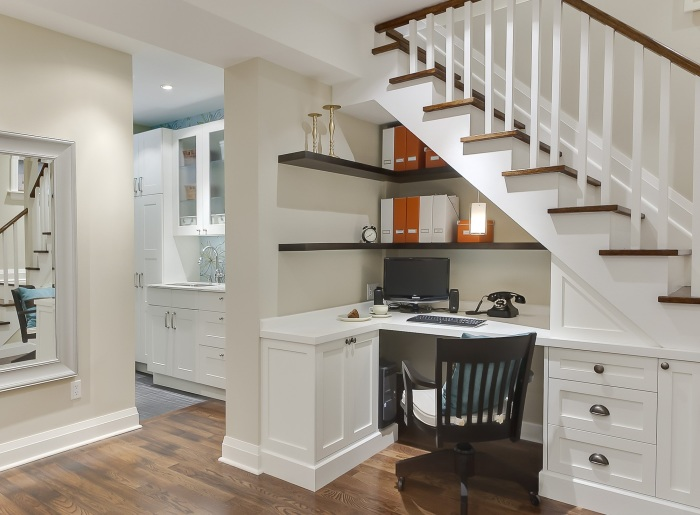 Оформление рабочего места под лестницей для экономии пространства.