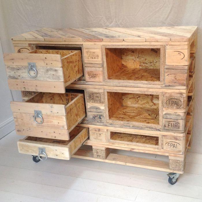Необычный шкаф из поддонов придаст любому помещению натуральность и комфорт.