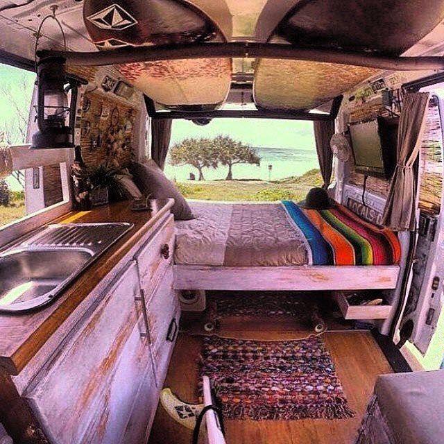 Дом на колёсах, в котором есть небольшое спальное место с зоной для просмотра телевизора.
