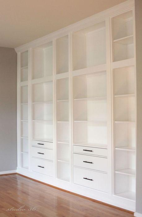 Компактный неглубокий открытый стеллаж на всю стену способен решить проблему экономии пространства.