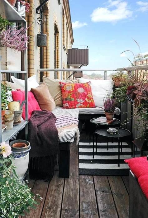 Шикарная мебель и грамотный подбор растений, сделают лоджию тёплой и уютной.