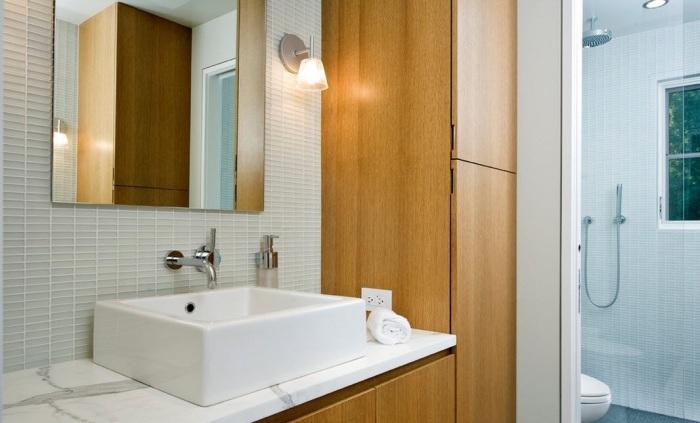 Ванная комната с прямоугольной раковиной, острыми углами и прямыми линиями.