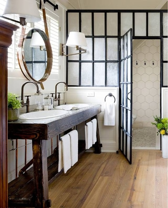 Нескучную душевую кабину из металлической рамы и стекла можно назвать настоящей изюминкой ванной комнаты.