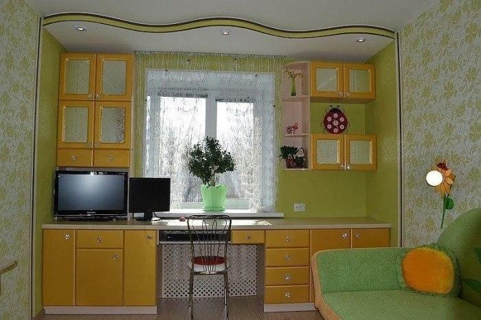 Яркая стенка вокруг окна - оригинальное решение для небольшой детской комнаты.