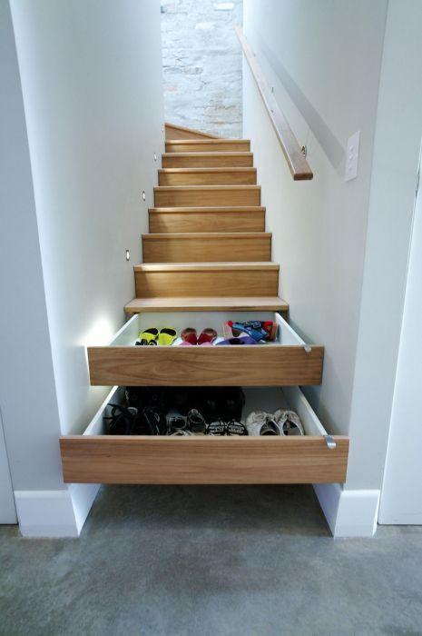 Ниша под лестницей - отличное место для обустройства выдвижных ящиков и шкафчиков для хранения постельного белья.