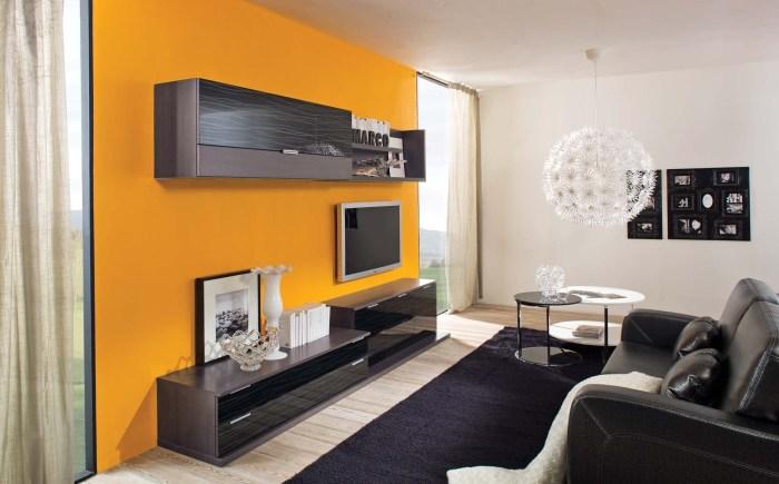 Зона для просмотра телевизора выделенная контрастными желтыми обоями, которые ярким пятном выделяются в интерьере гостиной.