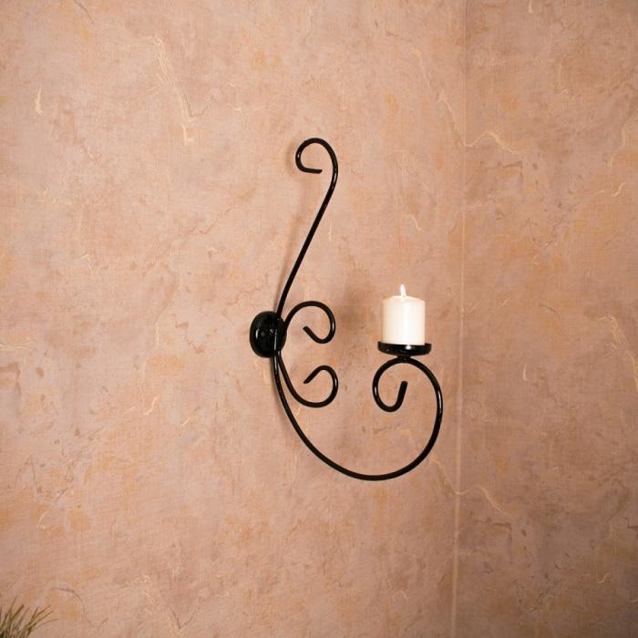 Простой настенный подсвечник как элемент декора помещения.