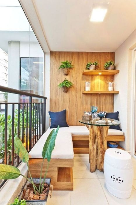 Чудесный дизайн открытого балкона с угловой деревянной скамьей вдоль перил, станет прекрасным местом для отдыха в кругу друзей.