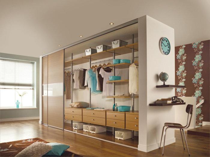 Эксклюзивный, но занимающий много пространства шкаф, отдельно стоящий от стен.