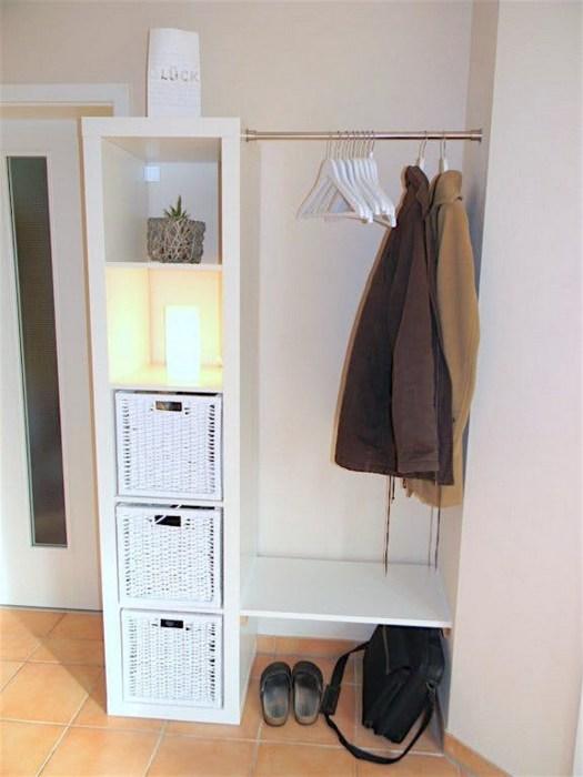 Функциональный открытый шкаф с вешалкой для одежды и полками прекрасно впишется в маленькую прихожую.