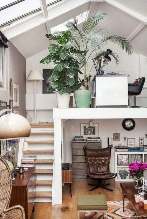 Одноэтажные гостиные комнаты являются самыми распространенными, но если высота потолков позволяет, то, приложив немного усилий, можно сделать второй этаж.