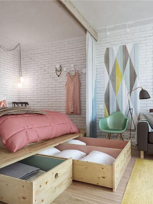 В нишах под основание кровати удобно хранить не только постельное белье, но и некоторые банные принадлежности.