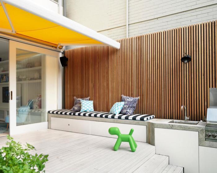 Ещё один классический вариант реечной деревянной перегородки, которая идеально вписывается в интерьер веранды.