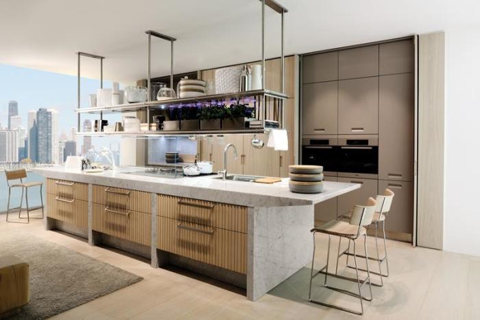 Профессиональные дизайнеры советуют нижние этажи шкафов сделать с выдвигающимися полками, что позволит значительно сэкономить свободное пространство.