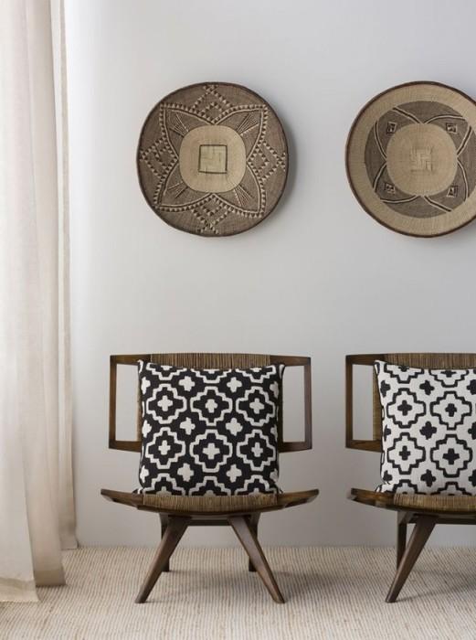 Небольшие декоративные элементы в интерьере гостиной комнаты, которые при правильном размещении могут стать акцентами.