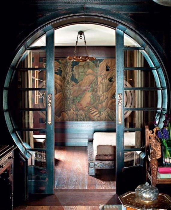 Двустворчатые раздвижные двери в круглом проеме, которые легко вписываются в современный интерьер и просты в эксплуатации.