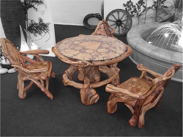 Оригинальная мебель, которая выглядит, как множество необработанных кусков древесины.