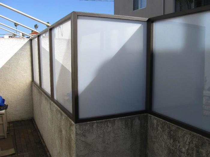 Уже трудно представить оформление ландшафтного дизайна и загородного участка без применения ограждений из термопластичного полимера.