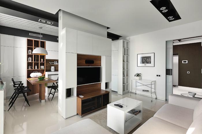 Модульная стенка, разделяющая пространство между гостиной комнатой и кухней.